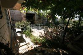 SOLIN, kuća sa dva dvosobna stana, pomoćni prostor, konoba i dvorišta, Solin, Kuća