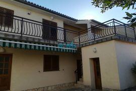 Crikvenica - odlična kuća s dva stana i ograđenim dvorištem, Crikvenica, Casa