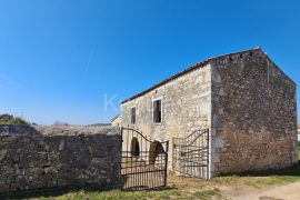 Poreč okolica, samostojeća kamena kuća u mirnom predjelu, Poreč, Kuća