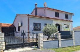 Pula, okolica, samostojeća kuća novije gradnje u mirnom predjelu grada, Pula, Kuća