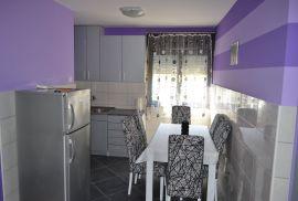 Izdajem dvosoban moderno namjesten stan u Budvi