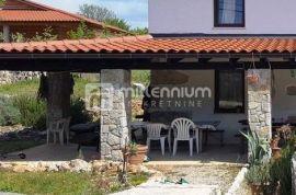 Otok Krk, okolica Pinezića, dvoetažni stan u kući s okućnicom, Krk, Kuća