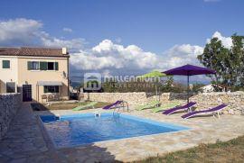 Otok Krk, okolica Dobrinja, dvojna kuća s bazenom, Dobrinj, Ev