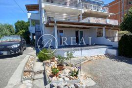 Prodaja kuće s 4 stambene jedinice u Novom Vinodolskom  P+2   231 m2, Novi Vinodolski, House