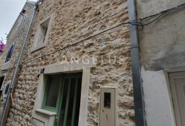 Kaštel Lukšić - uređena kamena kuća u centru mjesta, 75 m2, Kaštela, Famiglia