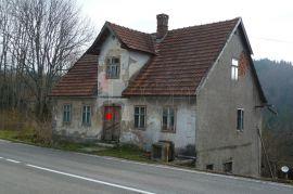 Moravice, stara samostojeća kuća za adaptaciju sa 1000 m2 okućnice, Vrbovsko, Famiglia