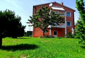 Saršoni, samostojeća kuća sa dva stana, na rubu zelene zone, ugodna lokacija!, Viškovo, Famiglia