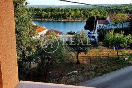 Kruševo ,Kuća 246 m2,sa dva apartmana, garaža, udaljenost od mora 70 m, Obrovac, House