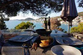 Lijepa kuća na visini s otvorenim pogledom na more, okružena mediteranskim vrtom, Tisno, Дом