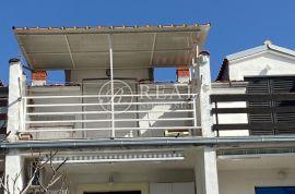 Studio apartman 24 m2 + 10m2 terase i okućnica, Novi Vinodolski, Wohnung