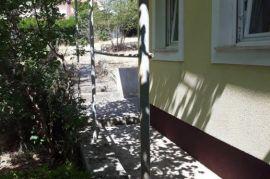 Stan, Rujevica, u blizini Pravnog fakulteta 50 m2 sa 580 m2 dvorišta, Rijeka, Stan