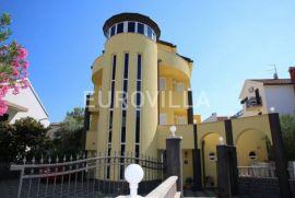 Vodice, odlična vila 850 m2 na top lokaciji, Vodice, Kuća