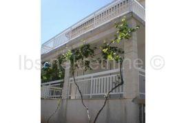 Kuća okružena zelenilom, Sutivan, بيت