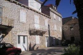 Kamena kuća, Sutivan, Casa
