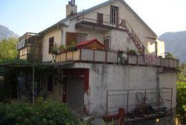 Obiteljska kuca, 2 stana po 110m² i poslovni prostor (150 m²) na zemlj, Dobrota, Haus