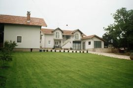 Prodajem kucu na putu ARANDJELOVAC-TOPOLA + poslovni prostor, Aranđelovac, Дом